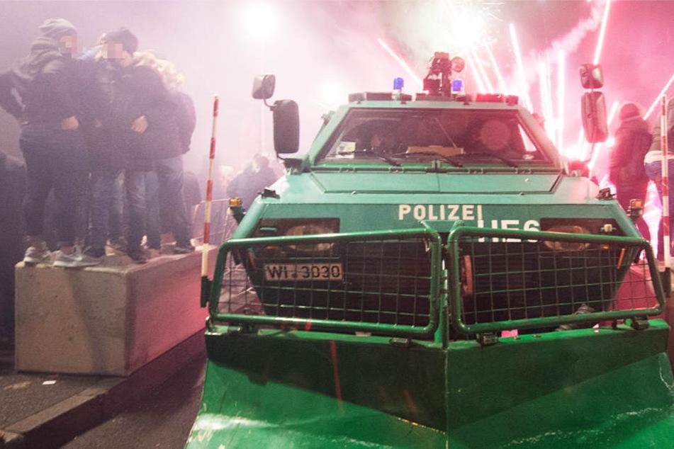 Bei den letzten Silvester-Feierlichkeiten war die Polizei in Frankfurt sogar mit einem Räumpanzer vor Ort.