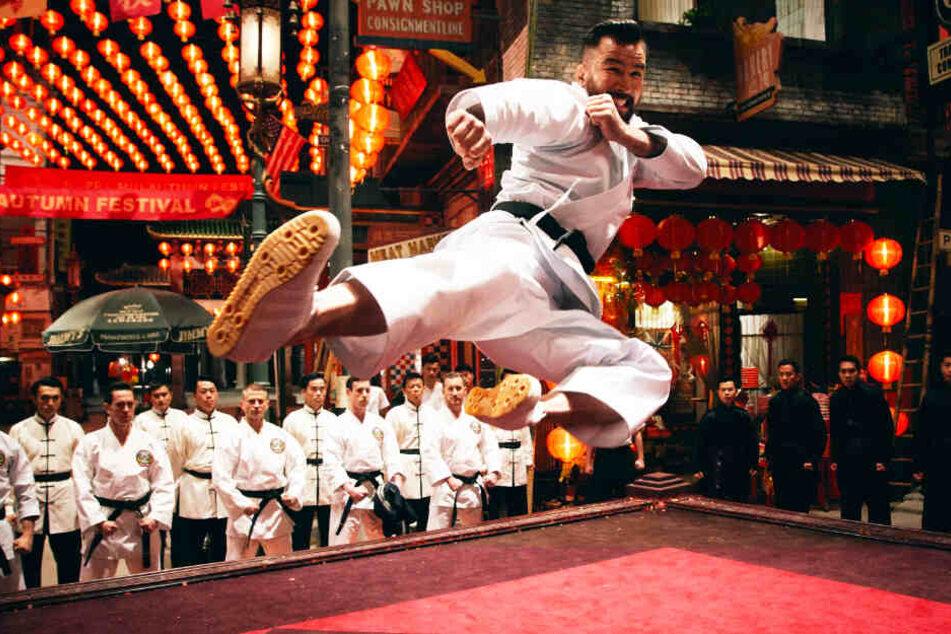 Der frühere US-Marine Chris Collins, der Martial-Arts-Schulen in Hongkong leitet, spielt Geddes' rechte Hand Colin Frater und steht für fette Action in den Kämpfen!
