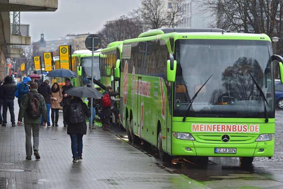An- und Abfahrten im Akkord: Über 400 Fernbusse kreuzen jeden Tag durch Dresden,  die meisten halten an der Bayrischen Straße.