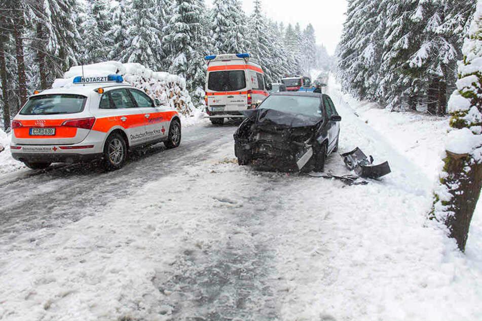 Der Skoda krachte bei winterlichen Straßenverhältnissen gegen einen Baum.
