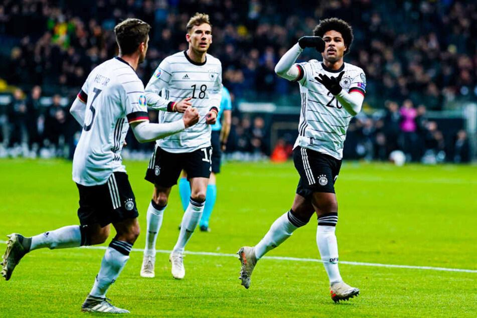 Zeit zum Umrühren: Serge Gnabry (r.) war mit drei Toren und einer überragenden Leistung Deutschlands Mann des Spiels.