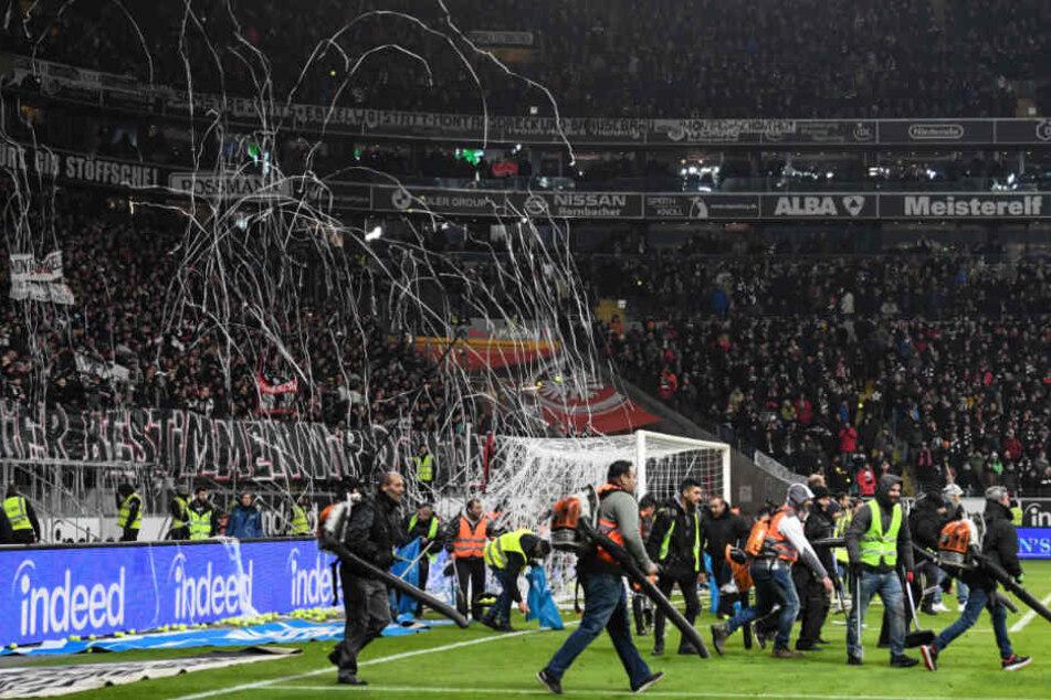 Beim Spiel der Eintracht gegen RB Leipzig am 19. Februar 2018, warfen die Frankfurter Fans aus Prostest gegen die Montagsspiele mit Tennisbällen.