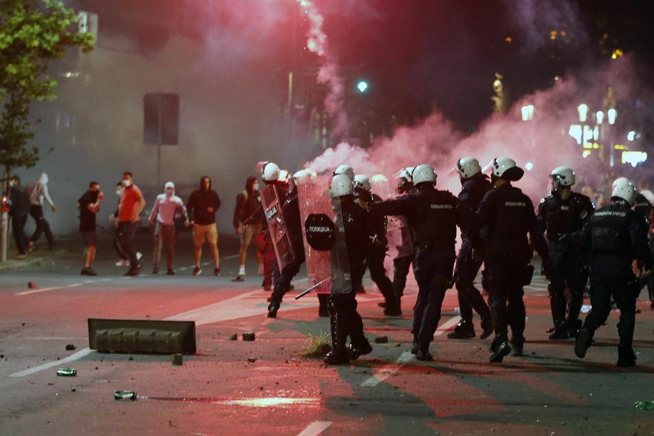 Polizisten stoßen mit Demonstranten zusammen, die sich vor dem Parlament versammeln und gegen die Ankündigung des serbischen Präsidenten protestieren, wieder striktere Corona-Einschränkungen einzuführen, nachdem erneut hohe Todeszahlen gemeldet wurden.