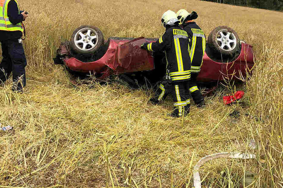 Der Wagen überschlug sich im Feld.