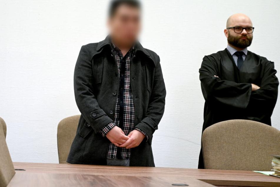 Der Angeklagte (l) und sein Anwalt Raphael Botor stehen in einem Saal des Landgerichts.