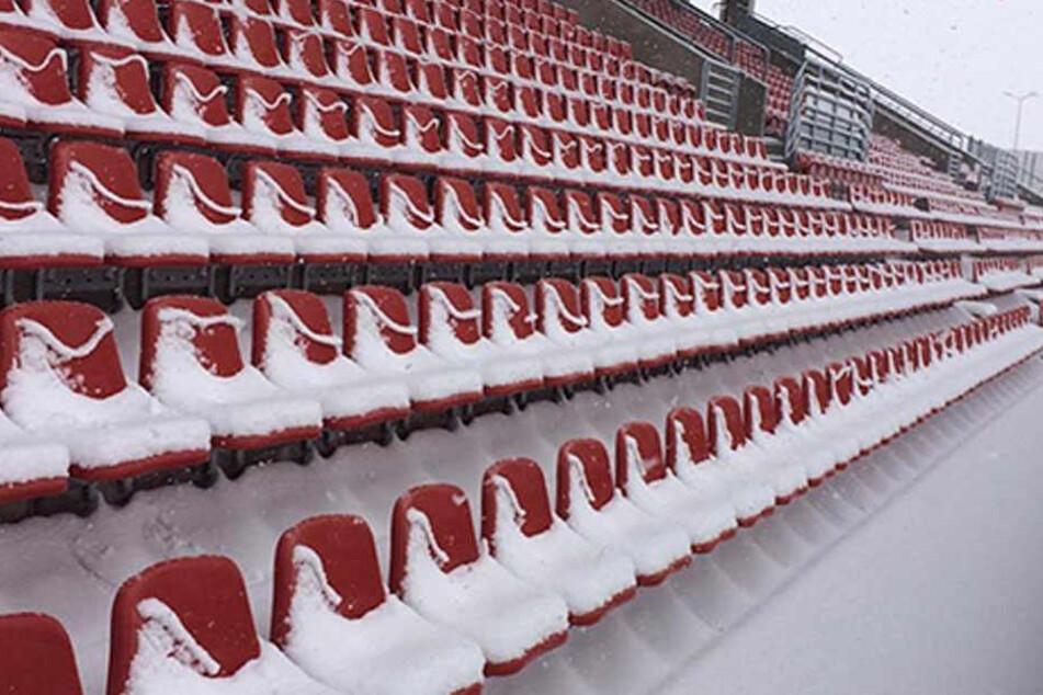 Das Stadion war am Samstag komplett eingeschneit.