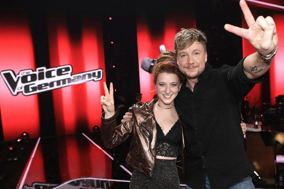 """Natia Todua und ihr Coach Samu Haber freuen sich über den Sieg der 21-Jährigen bei """"The Voice""""."""