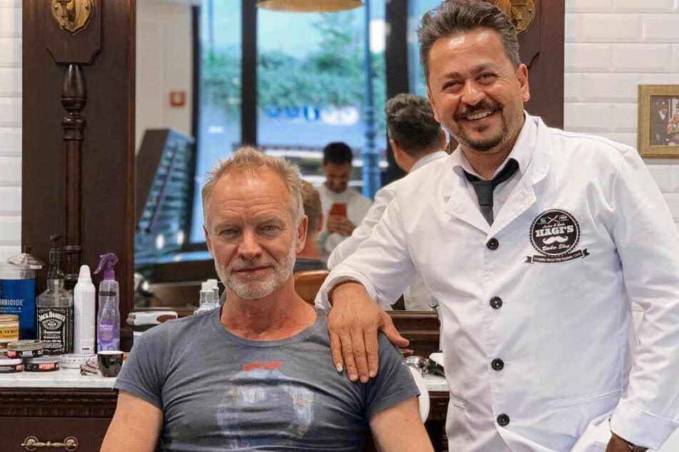 """Der Ex-""""Police""""-Frontmann Sting (67) sitzt in Düsseldorf auf dem Stuhl von Barbier Hüssein."""