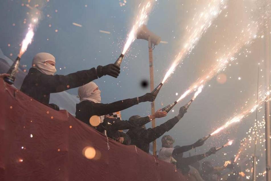 Vier Fans, die während des Spiels Pyrotechnik abbrannten wurden erwischt. Gegen sie wurde Anzeige erstattet.