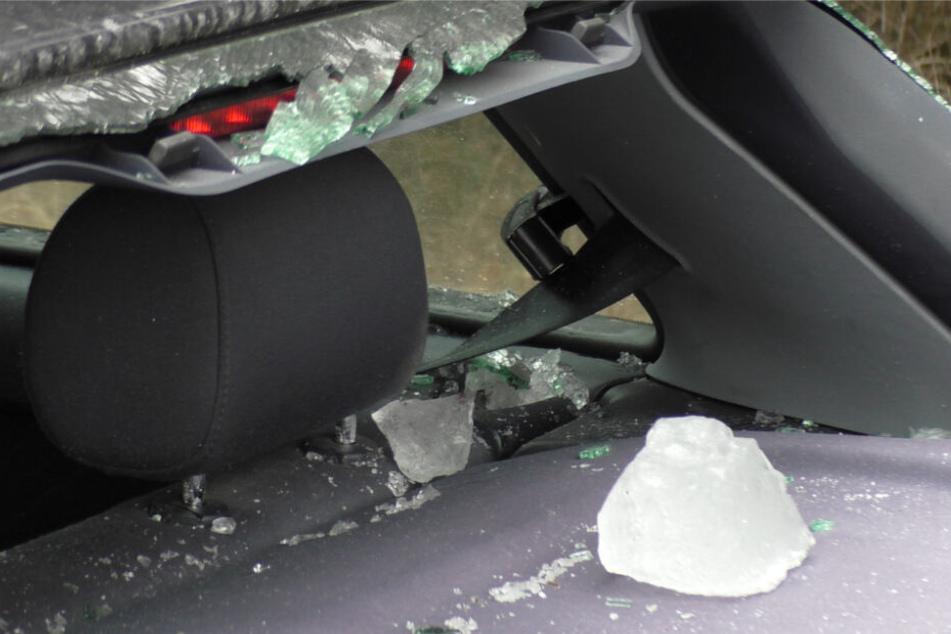 Die Eisplatte krachte ins Auto und verletzte die beiden Insassen.