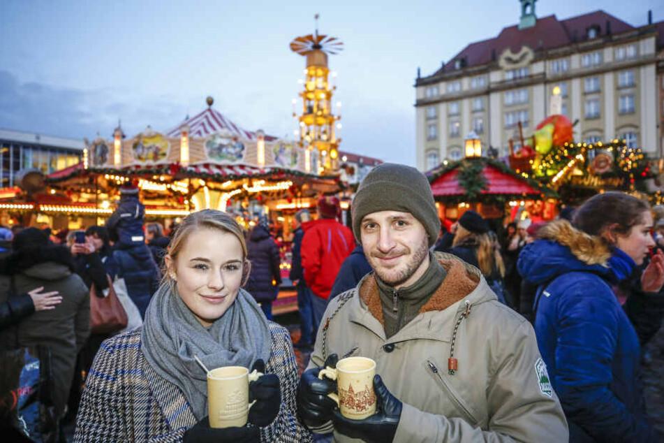 Michelle (23) und Michael (30) genießen Glühwein auf dem Striezelmarkt. Danach werden die Pfand-Tassen zurückgegeben und gereinigt.