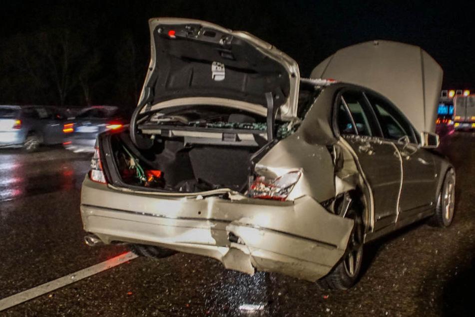 Der kapuute Mercedes. Die 21 Jahre alte Fahrerin soll bereits vorher auf der Autobahn aufgefallen sein.