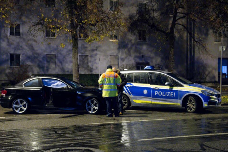 Polizisten stehen an der Unfallstelle in der Fürstenrieder Straße.
