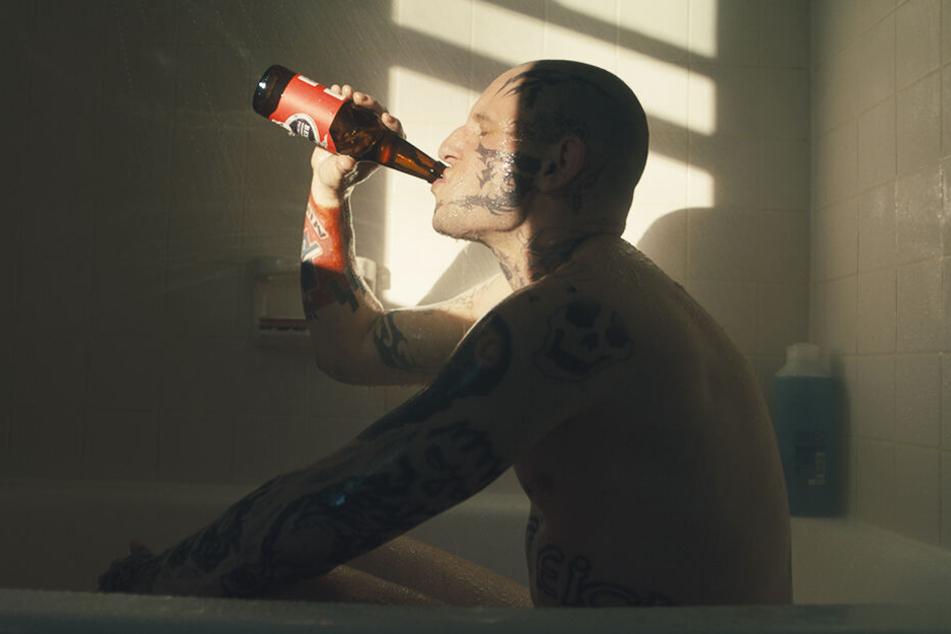 Bryon Widner (Jamie Bell) trinkt, um seine negativen Gefühle zu vergessen.