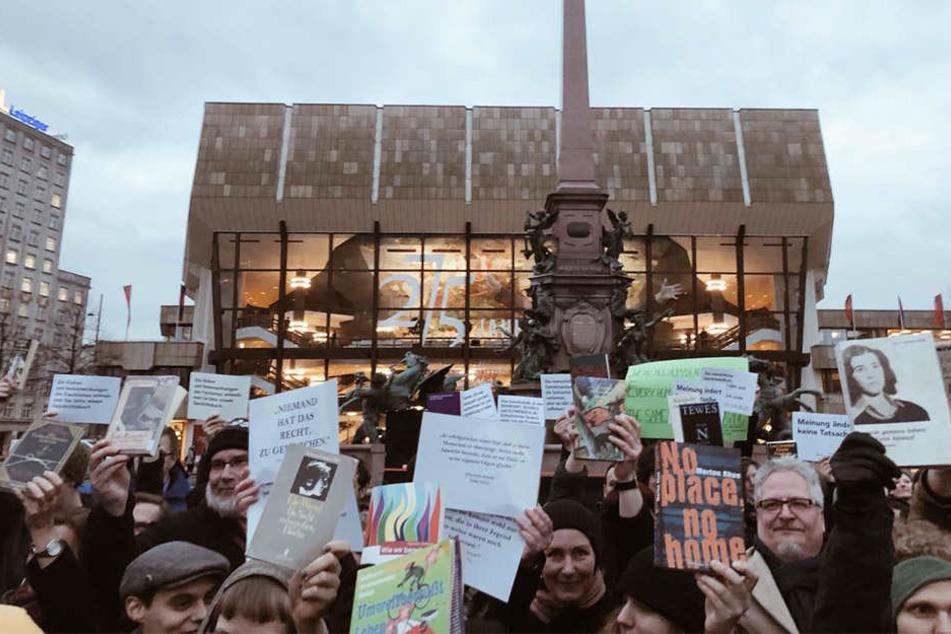 """Ein """"antifaschistisches Büchermeer"""" auf dem Augustusplatz."""