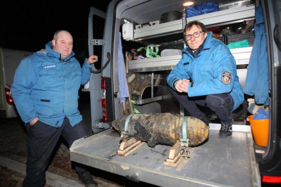 Die Bombe wurde erfolgreich von Ralf Kuhlpeter (links) und Karl-Heinz Clemens entschärft.