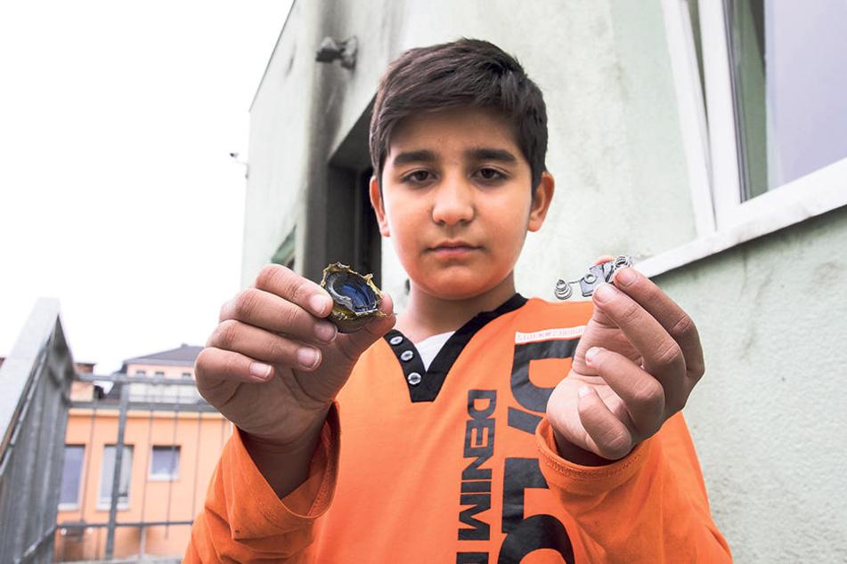 Ibrahim Ismail Turan (10), der Sohn des Imam, zeigt den verrußten Verschluss  einer Plastikflasche. Offenbar Reste des Sprengsatzes.