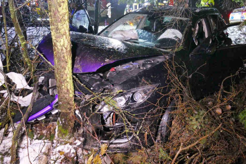 Horror auf Bundesstraße: Mazda kracht in Lkw, Fahrer eingeklemmt