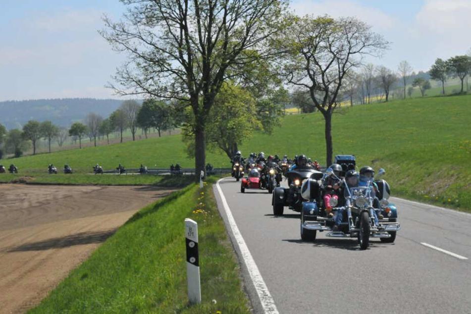 Rund 100 Biker starteten mit den Kindern zu einer großen Rundtour durchs Erzgebirge.