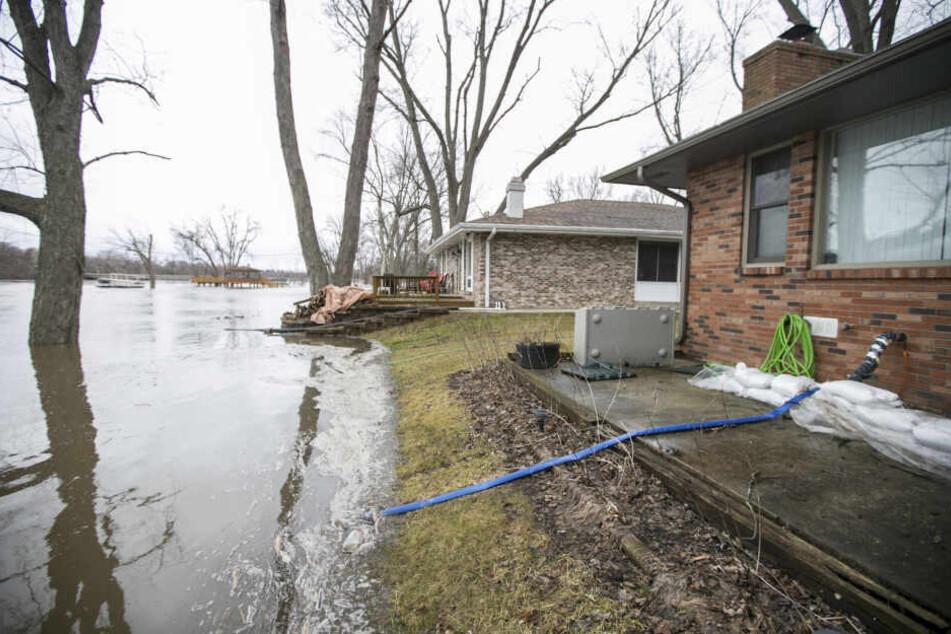 Durch die Überflutungen wurden zahlreiche Häuser beschädigt. Menschen müssen ihr Zuhause verlassen.
