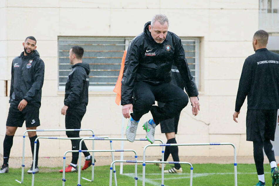 Pavel Dotchev und sein FC Erzgebirge müssen insgesamt noch 17 Hürden überwinden.
