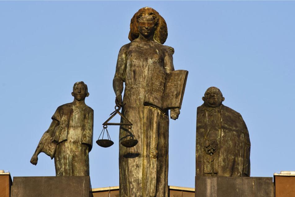 Eine Statue der Justitia steht auf dem Dach des Darmstädter Landgerichts.