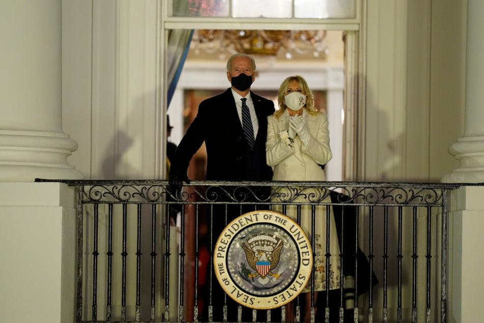 US-Präsident Joe Biden und First Lady Jill Biden sehen vom Balkon im Weißen Haus aus zu, wie ein Feuerwerk den Himmel erhellt.