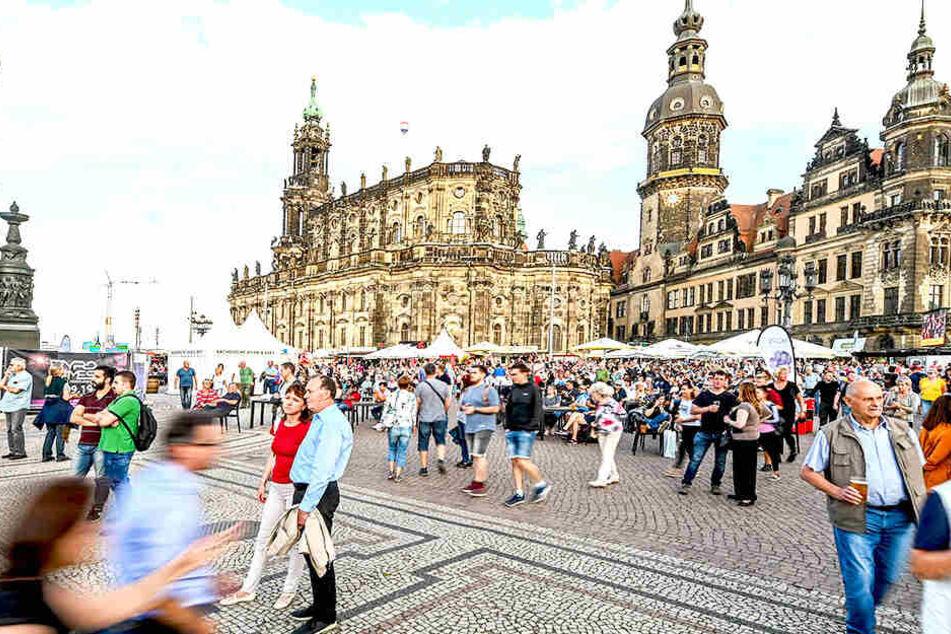 Auf dem Theaterplatz in Dresden wurden zwei Frauen umarmt.