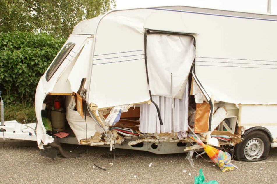 Der beschädigte Wohnwagen-Anhänger.