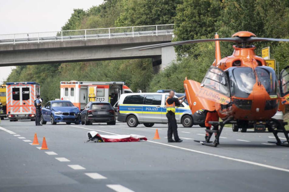 Fahrschüler beteiligt! Vier Verletzte nach Crash zwischen Autos und Motorrad