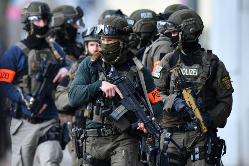 Bei der Razzia waren zahlreiche Beamte im Einsatz. (Symbolbild)