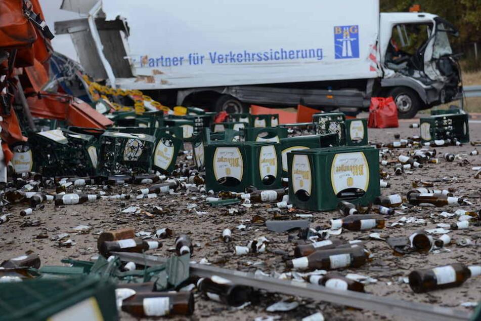 Unzählige Bierkisten lagen auf der Fahrbahn der A9 verteilt.