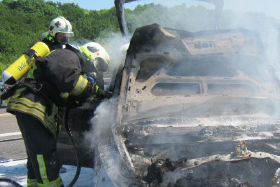 Der Insasse verbrannt offenbar in seinem Wagen. (Symbolbild)