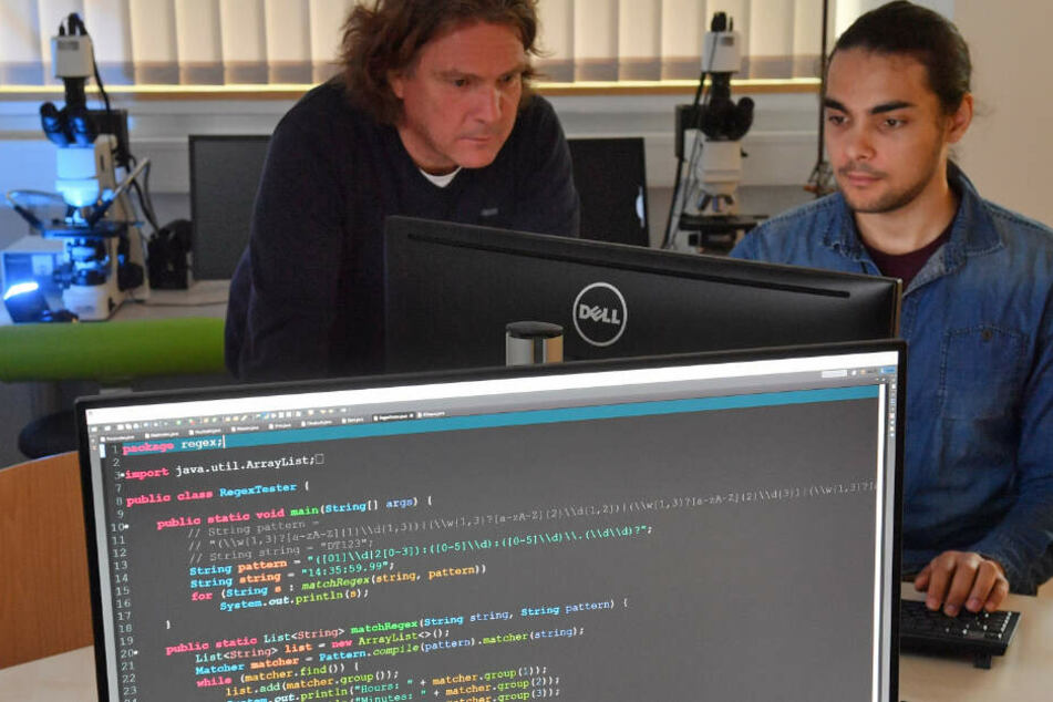 Der Digitalforensiker Dirk Labudde (54, links) und sein Team bearbeiten die Kamerabilder.