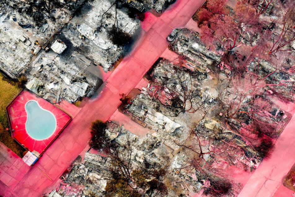 Feuerhemmendes Mittel bedeckt Straßen in einer Wohngegend, die von dem Almeda-Feuer heimgesucht wurde, im Bundesstaat Oregon.