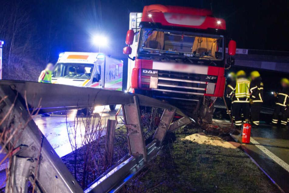 Laster kracht auf Leitplanke: Fahrer verletzt, A71 stundenlang gesperrt