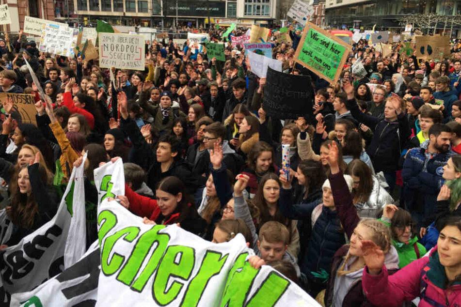 Die Schülerinnen und Schüler machten lautstark auf ihre Anliegen aufmerksam.