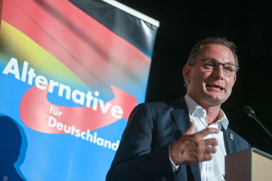 Unangenehm! Obwohl sich AfD-Chef Tino Chrupalla (56) mehr deutsche Gedichte an Schulen wünscht, fällt ihm selbst keins eins.