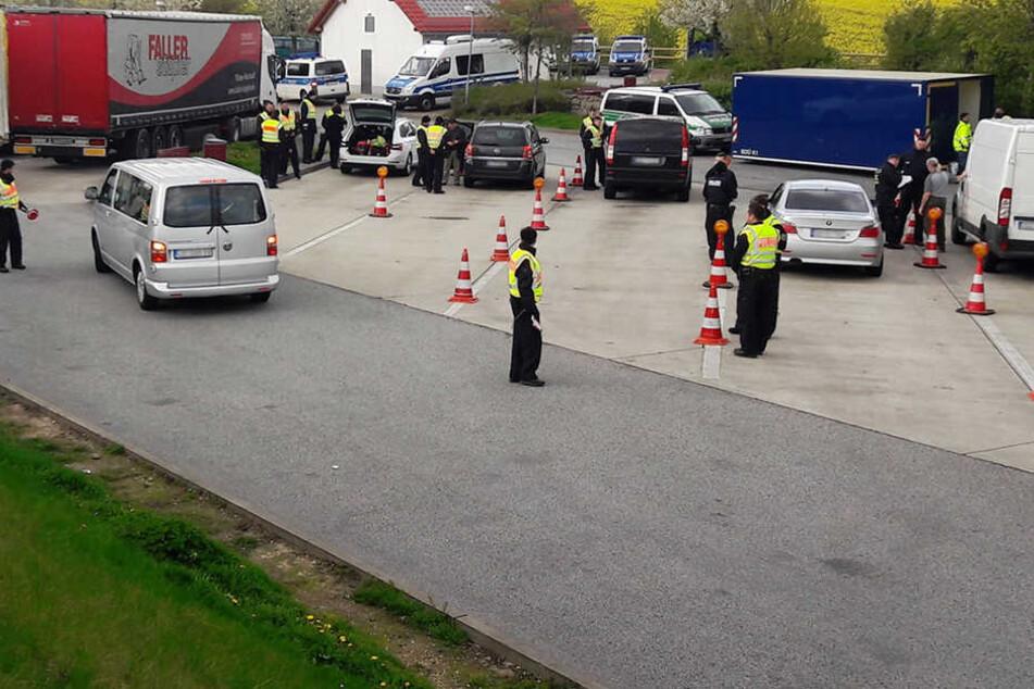 """Bei einer großangelegten Kontrolle auf dem Autobahnparkplatz """"Am Nöthnitzgrund"""" nahm die Polizei einen 29-jährigen Rumänen fest."""