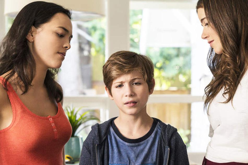 Max (M., Jacob Tremblay) versuchte mit seinen Freunden und einer Drohne, die Nachbarinnen Hannah (r., Molly Gordon) und Lillu (Midori Francis) auszuspionieren.