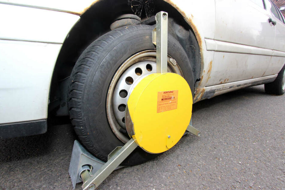 Eine Kralle blockiert das Vorderrad eines unangeldeten Fahrzeugs.