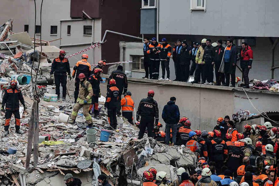 In Istanbul gehen die Rettungsarbeiten nach dem Einsturz eines Wohnhauses weiter.