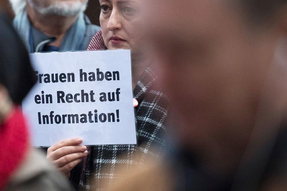 """Mit einem Plakat mit der Aufschrift """"Frauen haben ein Recht auf Information"""" spricht sich diese Demonstrantin für die Selbstbestimmung von Frauen beim Thema Abtreibung aus (Symbolbild)."""