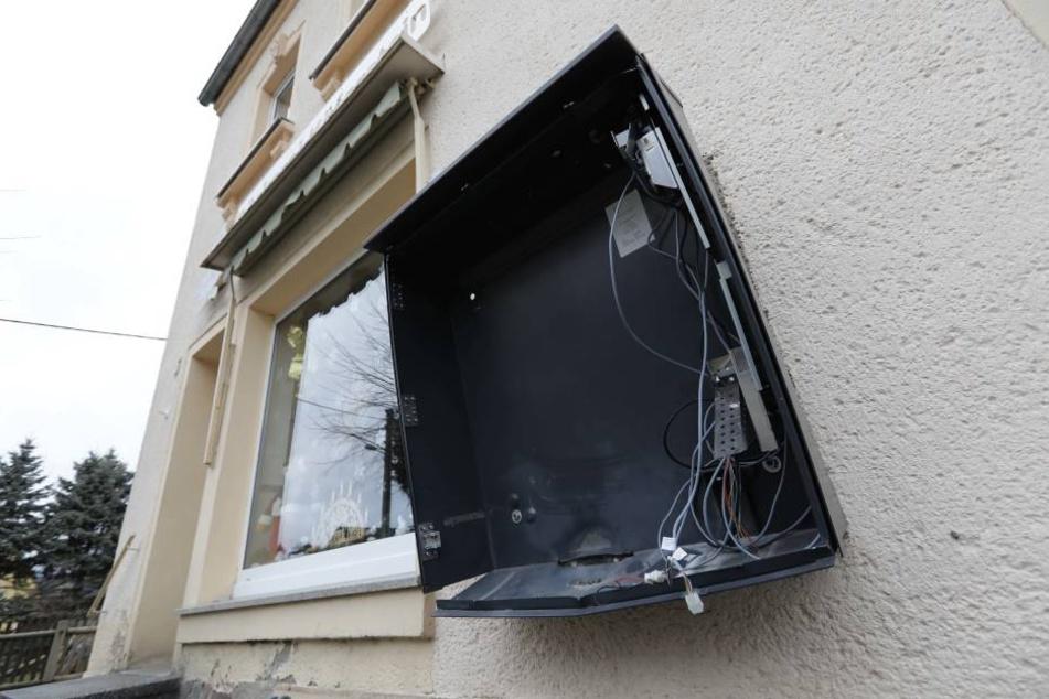 In Mühlau, in der Rosa-Luxemburg-Straße wurde ein Zigarettenautomat gesprengt.