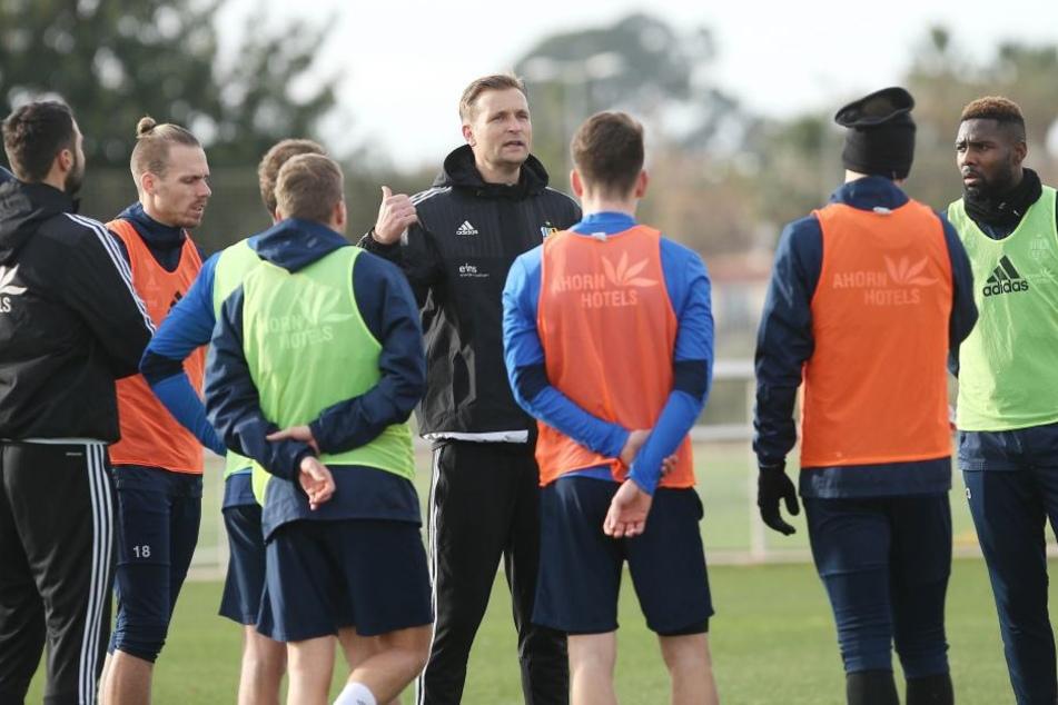 Trainer David Bergner (M.) will mit der Mannschaft die Drittliga-Saison vernünftig zu Ende bringen und Platz 18 erreichen.