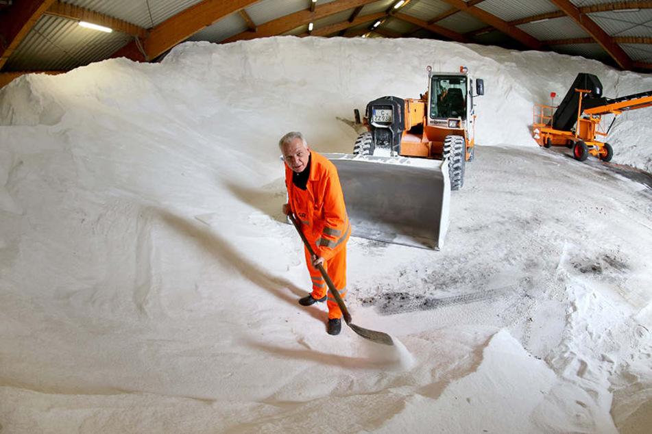 Insgesamt stehen dem Winterdienst in dieser Saison 6000 Tonnen Streusalz und 2,7 Millionen Euro zur Verfügung.