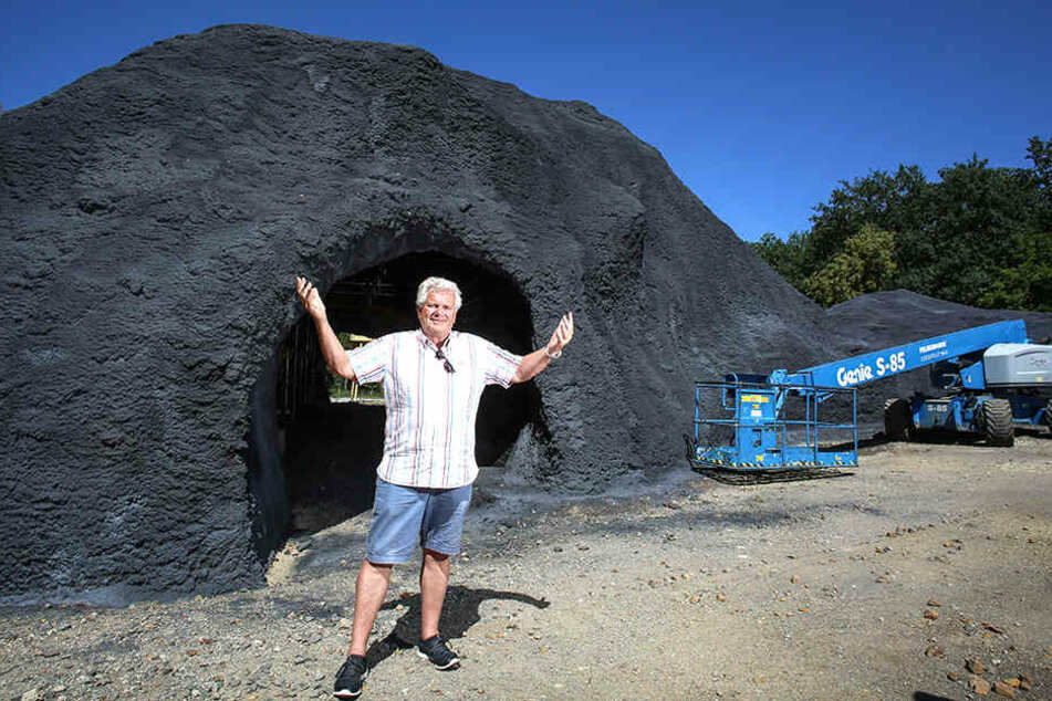 Bauleiter Walter Morlock (70) vor einem Teil des zurzeit entstehenden Vulkans.