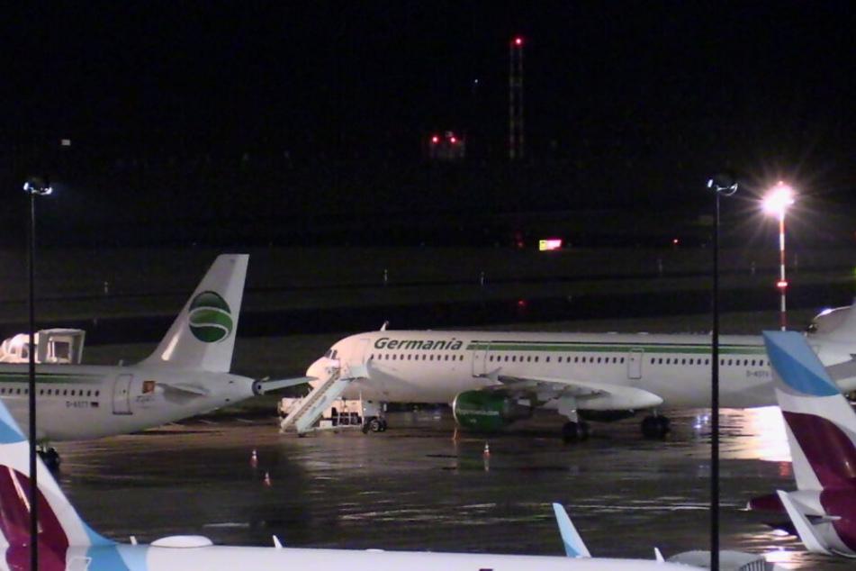 Zwei Maschinen der insolventen Germania-Gesellschaft stehen am Dienstagmorgen am Flughafen Düsseldorf auf dem Vorfeld.