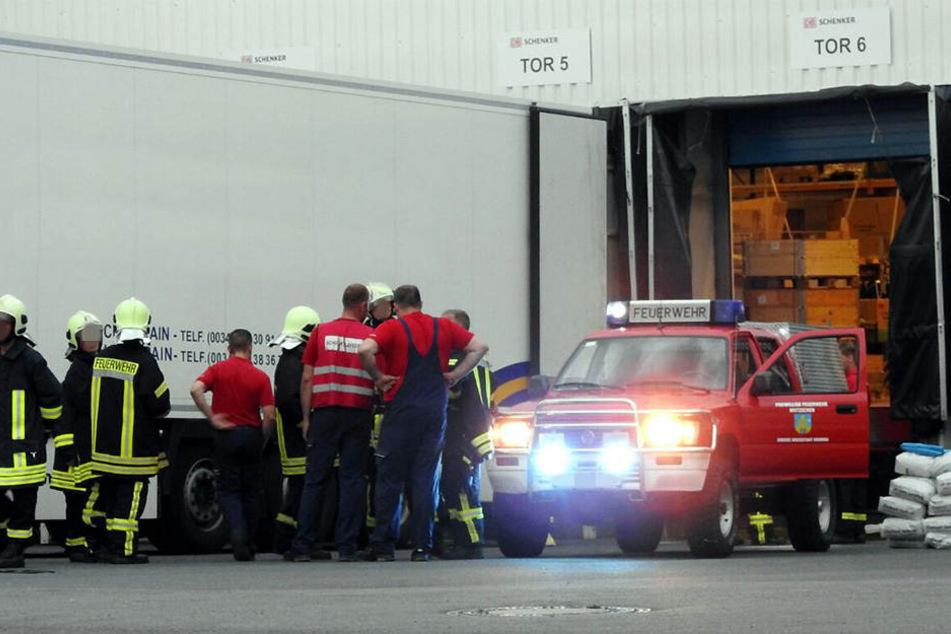 Die Kameraden der Feuerwehr mussten die ausgetretene Flüssigkeit beseitigen.