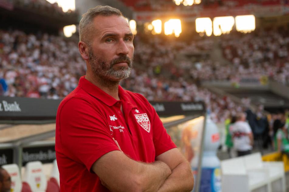 VfB-Trainer steht an der Seitenlinie: Tim Walter.